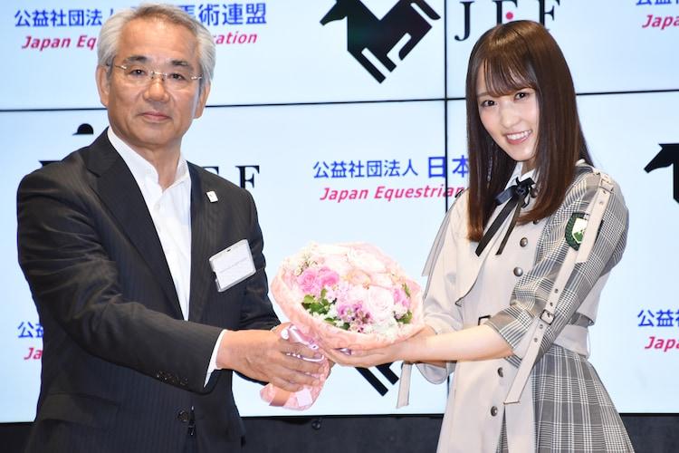 和田雅雄日本馬術連盟理事長と菅井友香(欅坂46)。