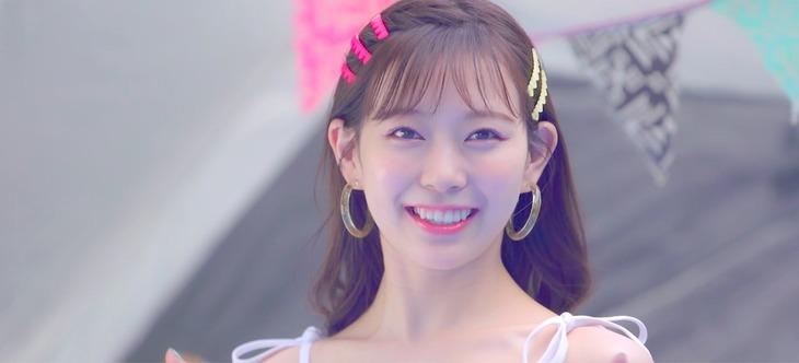 渡辺美優紀「Cheek-tic-Cheek」ミュージックビデオのワンシーン。