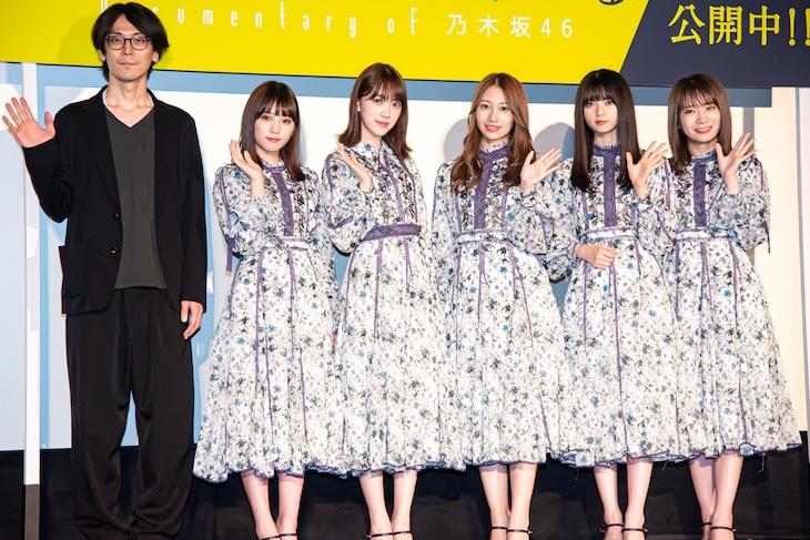 左から岩下力監督、乃木坂46の与田祐希、堀未央奈、桜井玲香、齋藤飛鳥、秋元真夏。