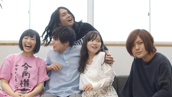 ヤバイTシャツ屋さん「癒着☆NIGHT」ミュージックビデオのワンシーン。