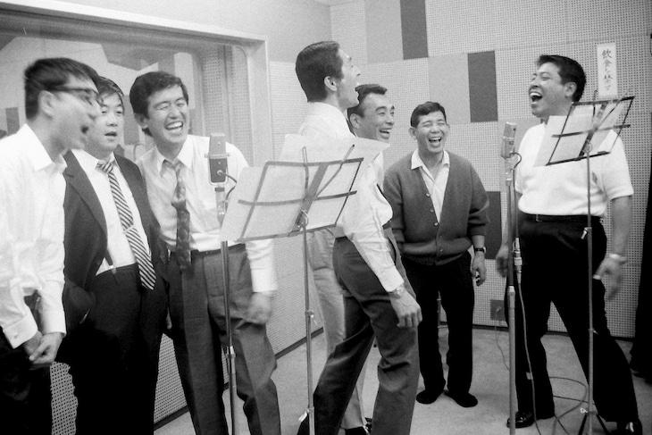 クレイジーキャッツ「笑って笑って幸せに」レコーディング風景。左から石橋エータロー、谷啓、安田伸、犬塚弘、植木等、桜井センリ、ハナ肇。