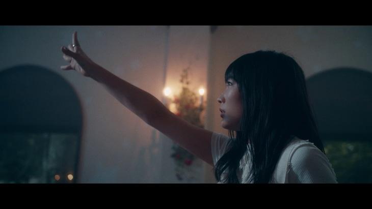 安月名莉子「Glow at the Velocity of Light」MVのワンシーン。