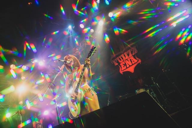 藤田恵名ワンマンライブ「BIKINI RIOT」の様子。(写真提供:キングレコード)
