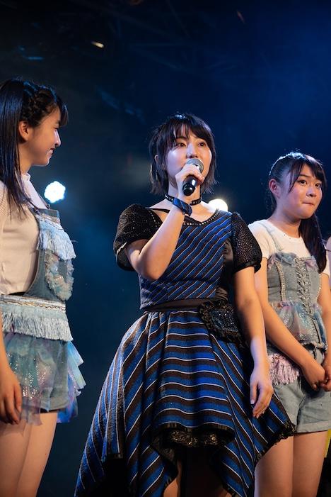 アップアップガールズ(仮)の新井愛瞳(中央)。(写真提供:YU-Mエンターテインメント)