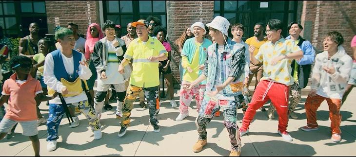 DA PUMP「P.A.R.T.Y. ~ユニバース・フェスティバル~」ミュージックビデオより、ヒロミと藤森慎吾の登場シーン。