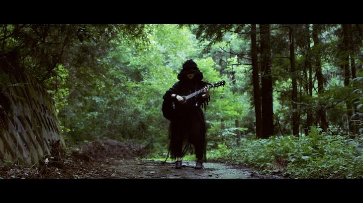 湯木慧「一匹狼」ミュージックビデオのワンシーン。