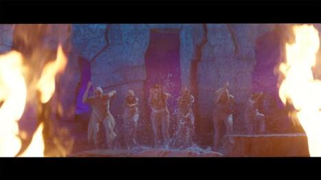 Aimer「Torches」MVのワンシーン。