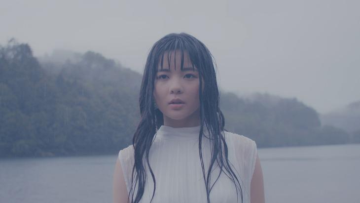 田村芽実「舞台」MVのワンシーン。