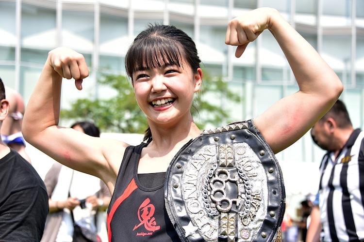 「TIF2019 x DDT路上プロレス」で勝利した我妻桃実(ハコイリ▽ムスメ)。