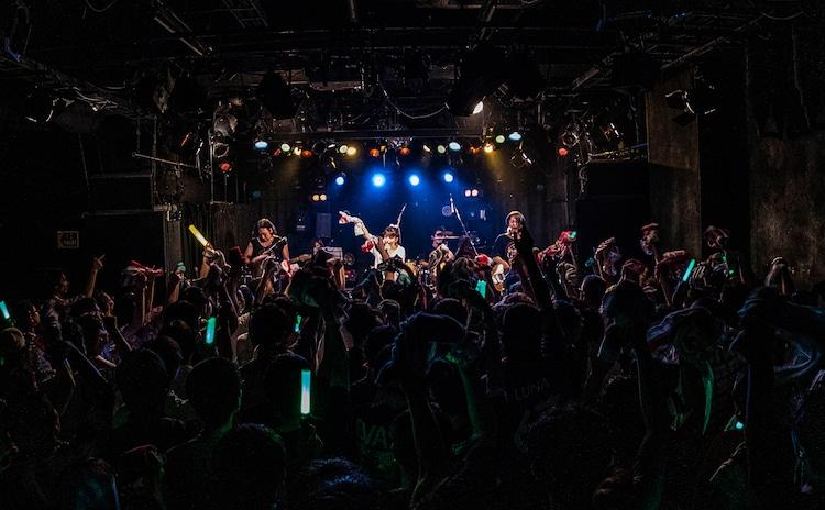 """春奈るな「春奈るな PREMIUM LIVE 2019 """"ルパとアリエスのgastronomie(美食学)""""」の様子。(撮影:美澄)"""