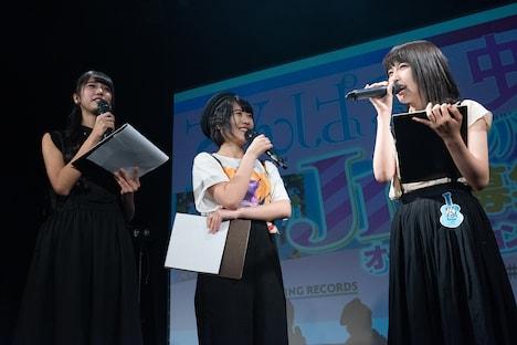 正式にアイドルプロデューサーになったことを報告する奥村野乃花(右)。