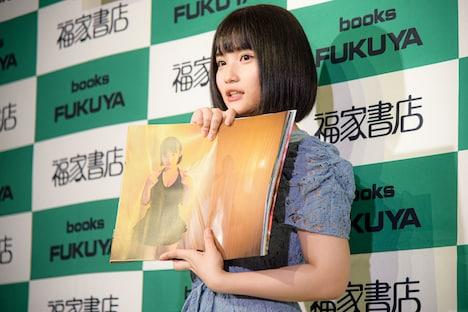 """""""ティンカーベル萌ちゃん""""の写真を見せる矢作萌夏(AKB48)。"""