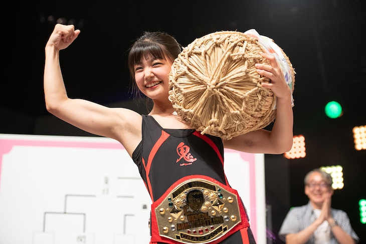 チャンピオンベルトを巻き米俵を担いだハコイリ▽ムスメの我妻桃実。