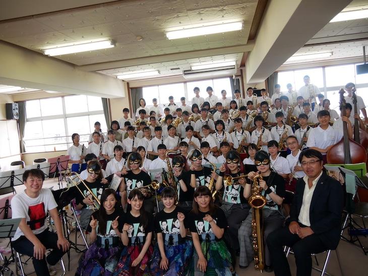 TEAM SHACHI、中越学園中越高等学校吹奏楽部、北牧裕幸氏、本間昭光の集合写真。