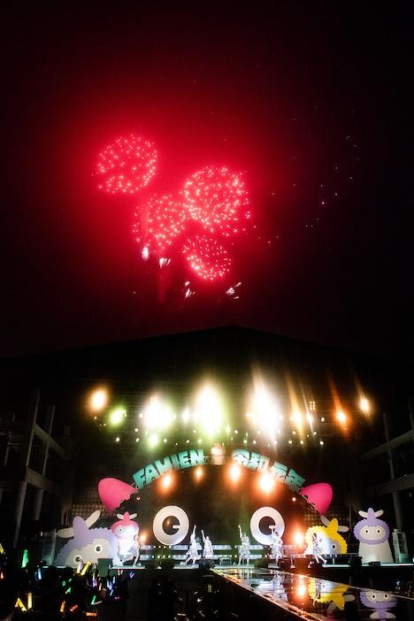 ステージ上空に打ち上げられた花火。