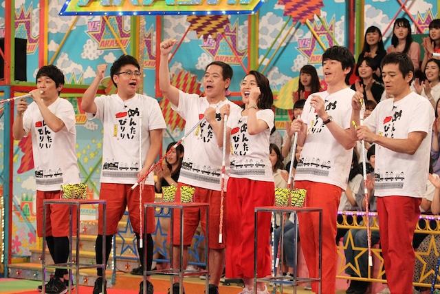 舞台「めんたいぴりり」チーム。左から銀シャリ、原西孝幸(FUJIWARA)、酒井美紀、博多華丸・大吉。(c)フジテレビ