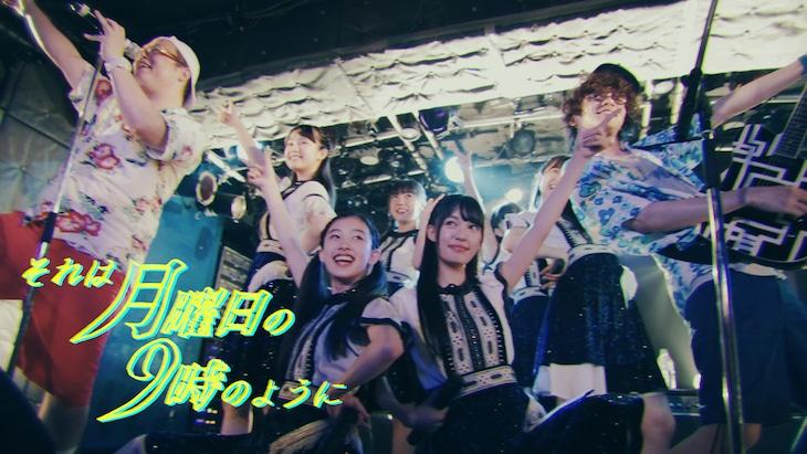 桜エビ~ずとONIGAWARAによるコラボライブ映像のワンシーン。