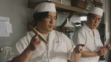 サントリー「BOSS」Web動画「いいサボリ・ペン回し」編のワンシーン。
