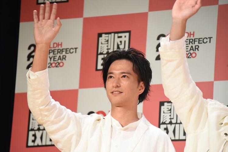 ムービーカメラに手を振る秋山真太郎。