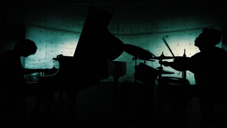まらおバンド「運命」ミュージックビデオのワンシーン。
