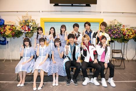 囲み取材に応じた青春高校3年C組女子&男子アイドル部のメンバー。