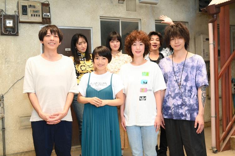 「凪のお暇」撮影現場を訪問したmiwa(前列左から2番目)。(c)TBS
