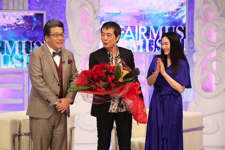 フジテレビ「MUSIC FAIR」に出演し、70歳の誕生日を記念して花束を贈られる矢沢永吉。(C)フジテレビ