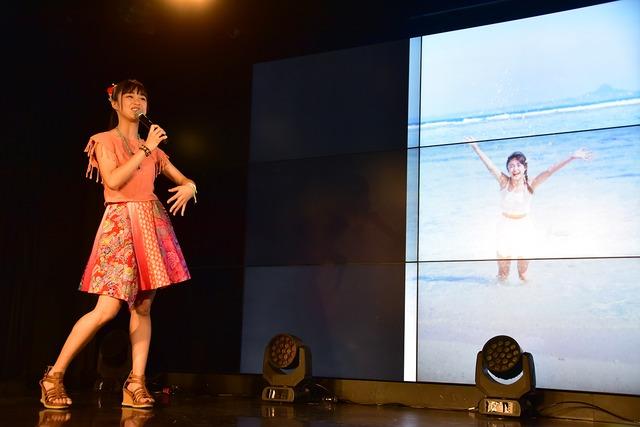 写真集のお気に入りカットを紹介する依田彩花。