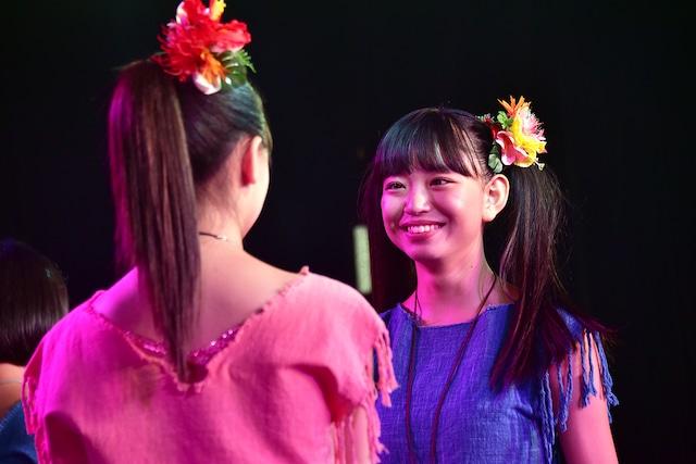 吉田万葉(右)