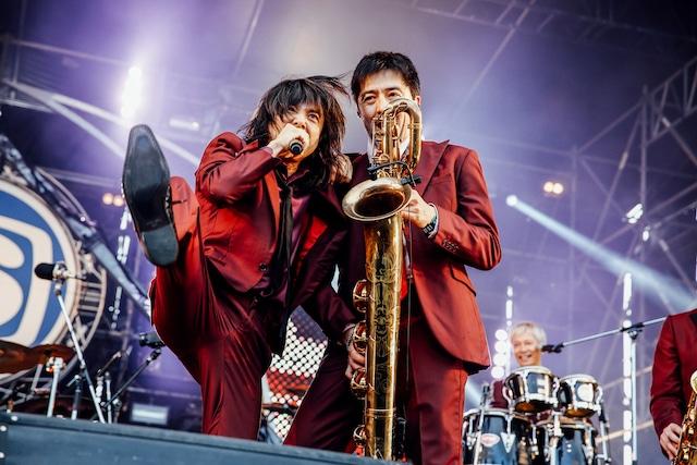 左から宮本浩次(エレファントカシマシ)、谷中敦(東京スカパラダイスオーケストラ / Baritone Sax)(撮影:西槇太一)