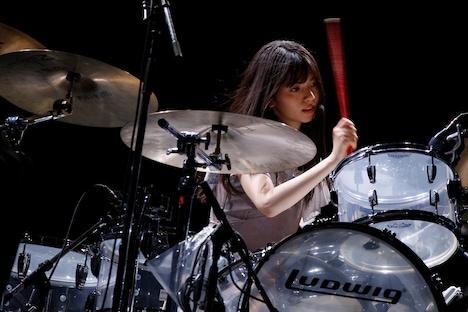 ドラムの演奏を披露する齋藤飛鳥。(写真提供:ソニー・ミュージックレーベルズ)