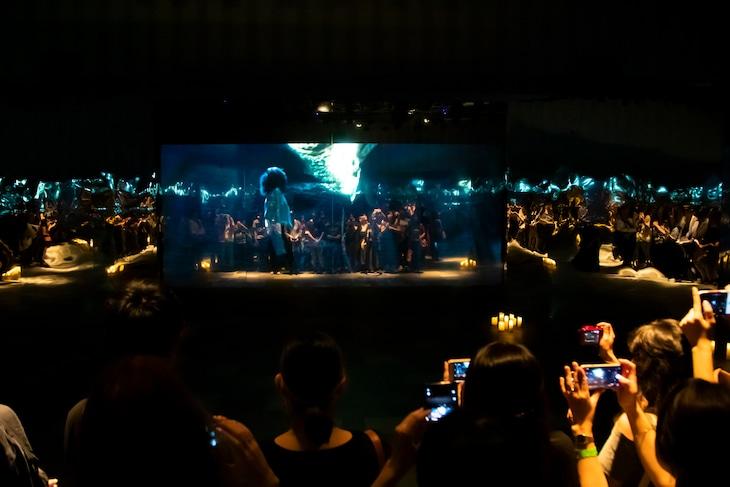 米津玄師「馬と鹿」ミュージックビデオ上映会「鏡の上映会」の様子。