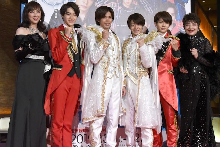 左から紫吹淳、岩崎大昇(美 少年)、神宮寺勇太(King & Prince)、岸優太(King & Prince)、高橋優斗(HiHi Jets)、鳳蘭。