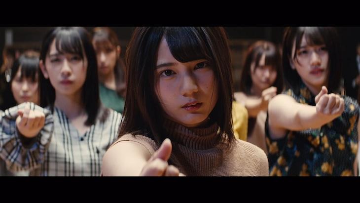 日向坂46「こんなに好きになっちゃっていいの?」ミュージックビデオのワンシーン。