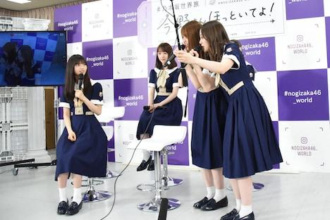 2人旅のデモンストレーションを行う松村沙友理(右から2番目)と白石麻衣(右)。