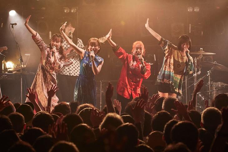 フィロソフィーのダンス「イッツ・マイ・ターン」ライブ映像のワンシーン。