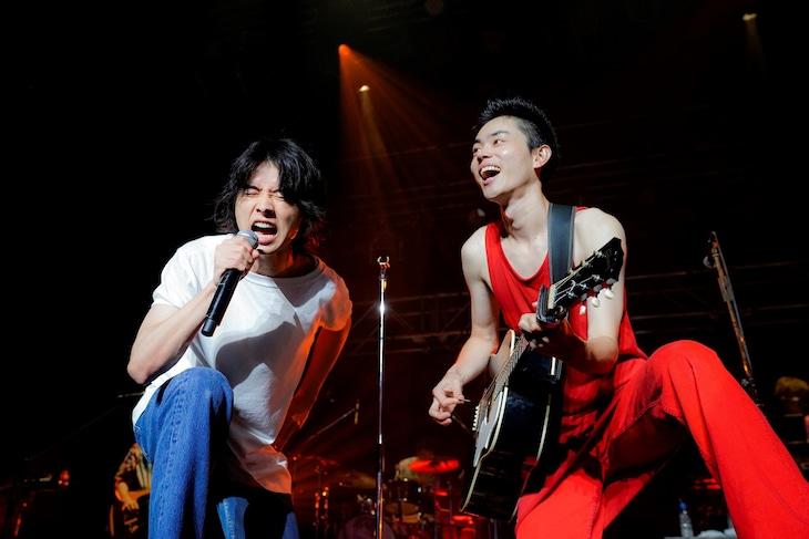 「さよならエレジー」を熱唱する菅田将暉(右)と山崎賢人(左)。(撮影:上飯坂一)
