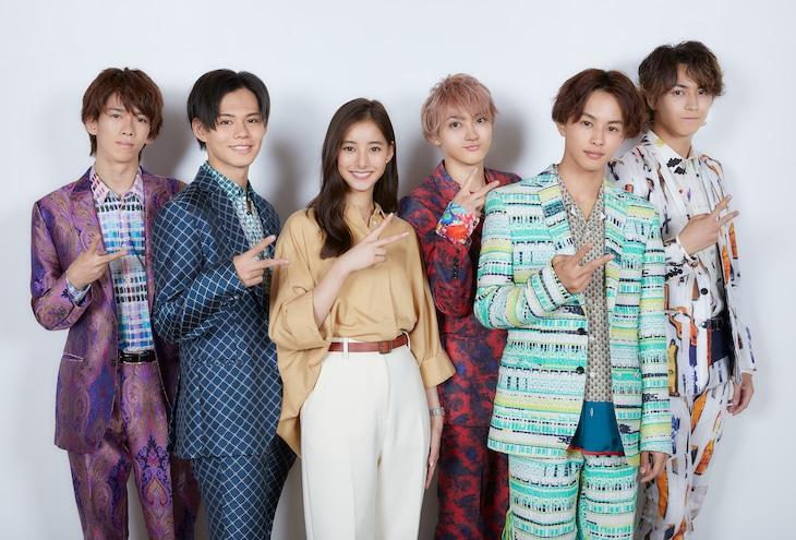 超特急と新木優子(左から3番目)。