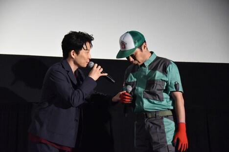 ステージの端にいる細野豪氏(右)をステージ中央へと招き入れる星野源(左)。