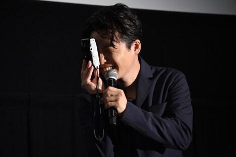 「最高だよ、隆……」と言いながらカメラを構える星野源。
