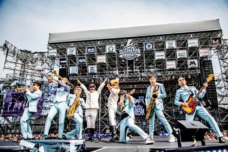 東京スカパラダイスオーケストラと綾小路翔、早乙女光(氣志團)。(撮影:青木カズロー)