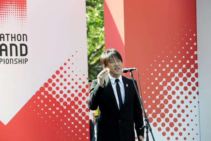 国歌独唱する小渕健太郎(コブクロ)。