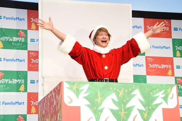 自身がデザインしたケーキボックスから登場した慎吾サンタ。
