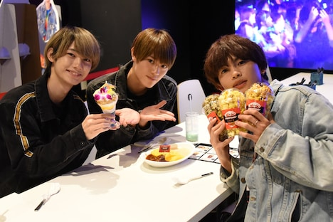 ダブルオムライス、パフェ、ポップコーンを試食するKOHKI、KENSHIN、NAOYA(左から)。