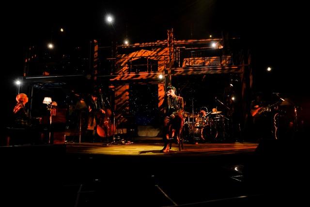 Mrs. GREEN APPLE「The ROOM TOUR」大阪・フェスティバルホール公演の様子。(Photo by HAJIME KAMIIISAKA)