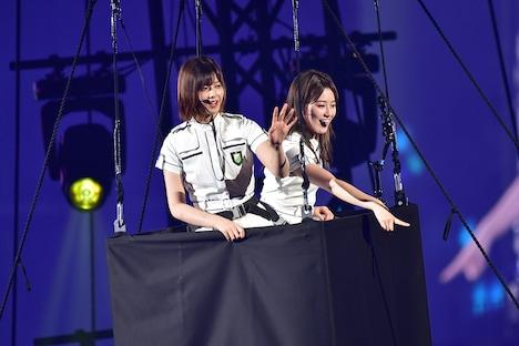 気球に乗る渡邉理佐と守屋茜。