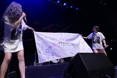 性徒諸クンからもらった寄せ書きを広げるベッド・イン。(Photo by NANO Media Inc. maru)