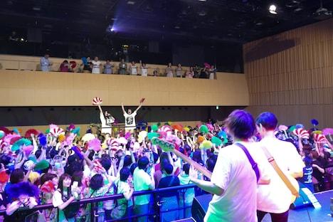 「ジュリ扇ハレルヤ」演奏中の様子。(Photo by NANO Media Inc. maru)