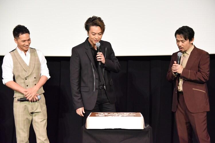「3人の信長」仕様の特大カステラに驚く市原隼人、EXILE TAKAHIRO、岡田義徳。