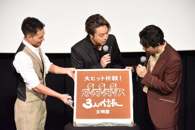 「岡田さん、角食べました?」と岡田義徳に尋ねるTAKAHIRO(中央)。